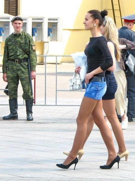 Ножки в мини х по улице